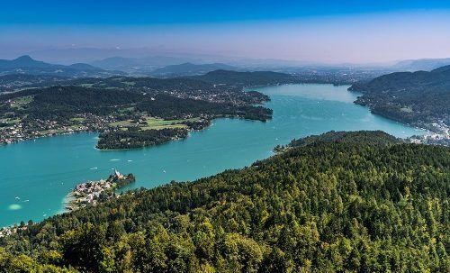 Wörthersee in Kärnten Österreich mit der Halbinsel Maria Wörth und einem Alpenpanorama