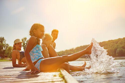 Familie im Urlaub am See im Sommer
