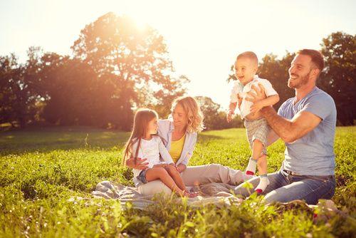 Junge Eltern picknicken mit Kindern
