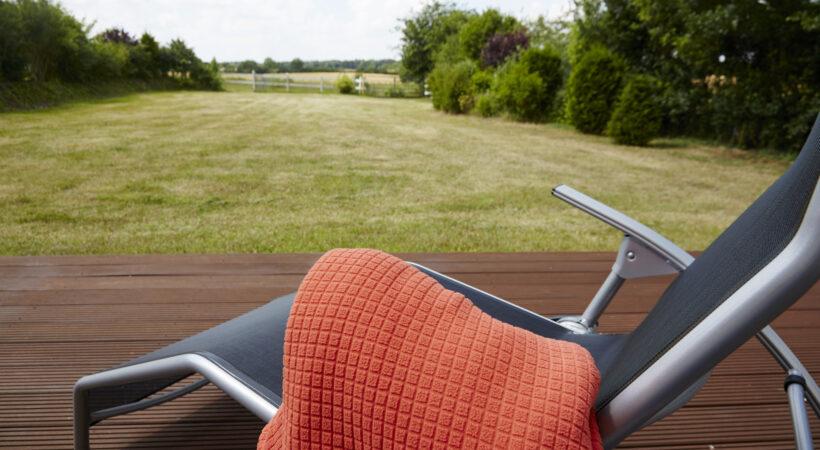 Liegestuhl mit Decke im Garten