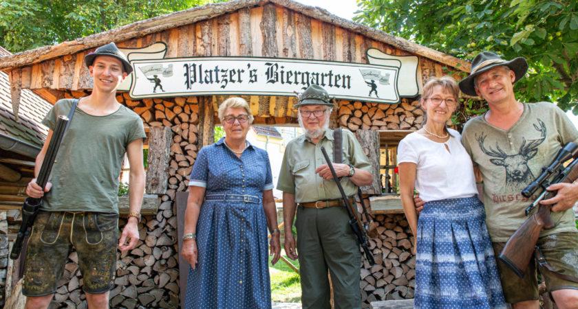 Gleich drei Jäger in einer Familie und alle drei heißen Martin Platzer. In der Mitte der Seniorchef mit seiner Gattin Gabriele, rechts der derzeitige Chef mit Ehefrau Brigitte und links steht der Junior schon als Nachfolger in den Startlöchern.