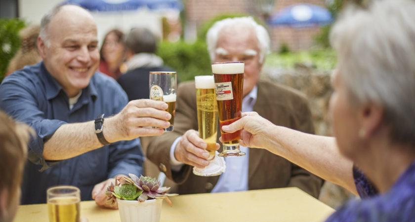 Rentner stoßen im Biergarten an