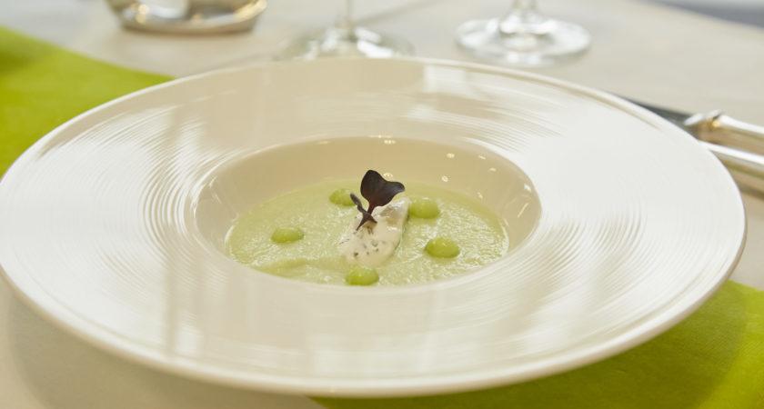 Teller mit Suppe