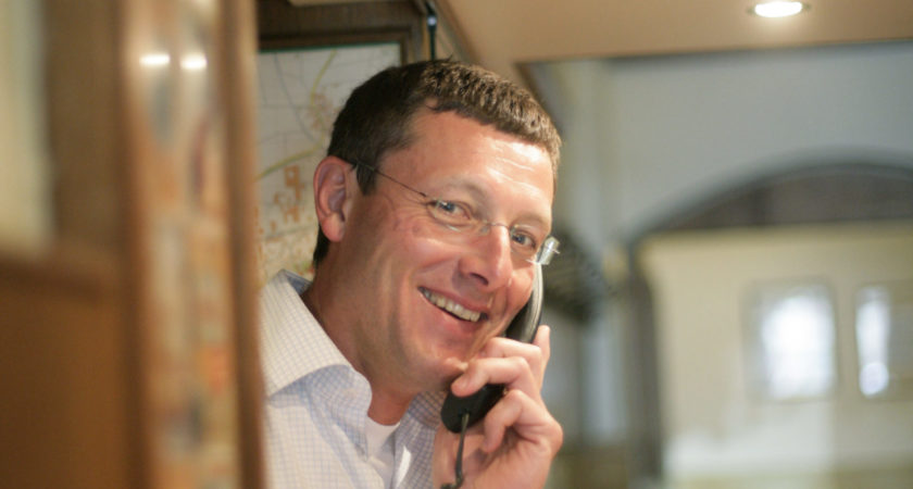 Hotelier am Telefon an der Rezeption
