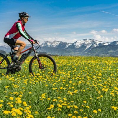 Seniorin unterwegs mit dem E-Mountainbike im Allgaeu, Bayern, Deutschland