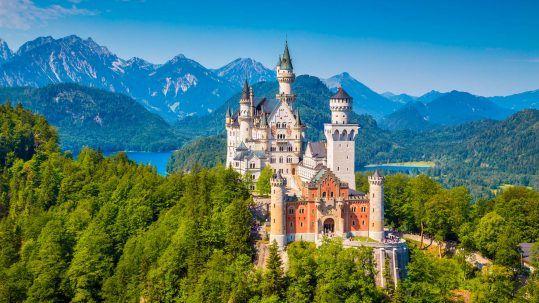 Berühmtes Neuschwanstein Schloss mit szenischer Berglandschaft