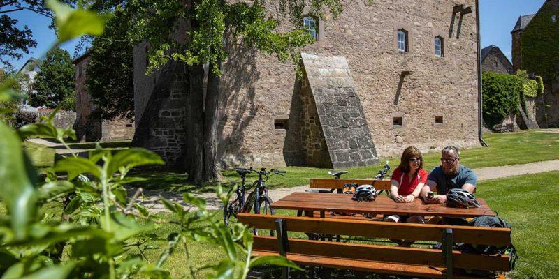 Fahrradfahrer machen Rast in Steinau