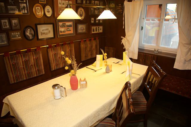 Ahnengalerie in der Gaststube des Flair Hotels Zum Schwarzen Reiter in Horgau