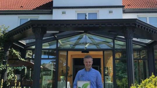 Daniel Reuner vom Flair Hotel Reuner mit GreenSign-Siegel