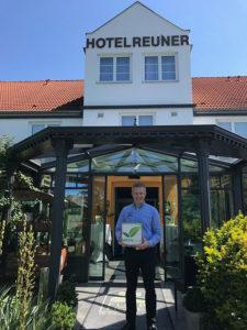 Daniel Reuner vom Flair Hotel Reuner in Zossen mit dem GreenSign Siegel
