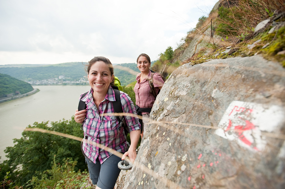 Zwei Wanderer auf dem RheinBurgenWeg der linksrheinisch am Mittelrhein entlang führt