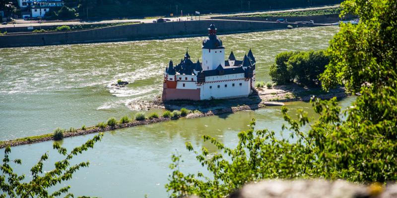 Die Burg Pfalzgrafenstein liegt mitten im Rhein