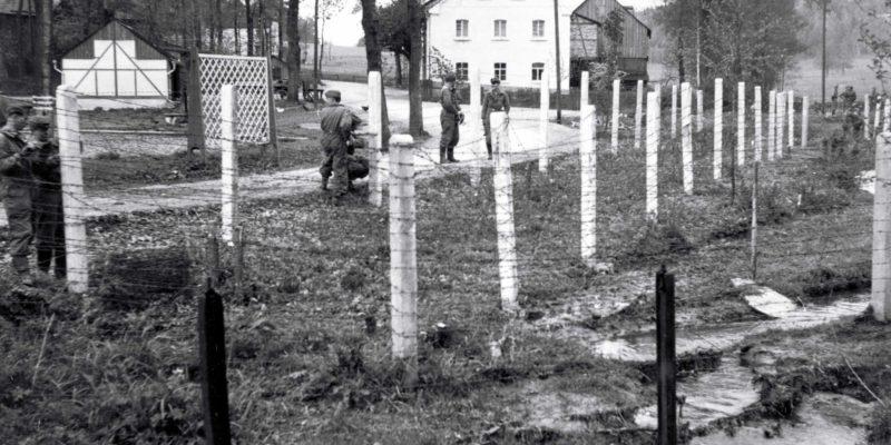 Doppelreihiger Stacheldrahtzaun an Betonsäulen 1962
