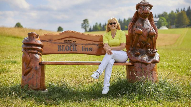 Die Gastgeberin vom Flair Berghotel Talblick sitzt auf einer Bank