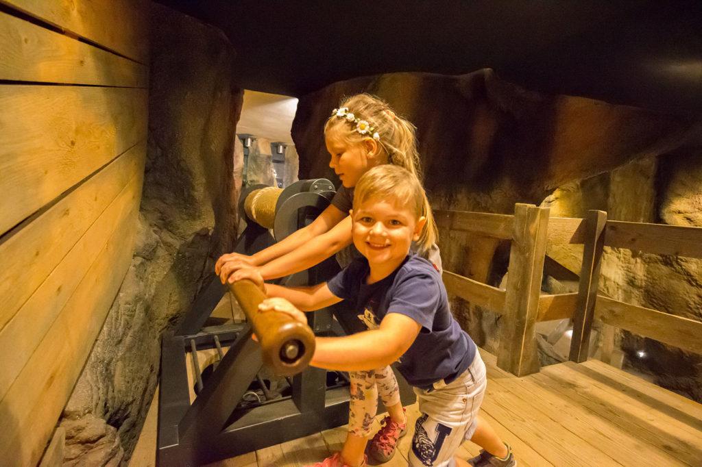 Kinder betätigen eine Station im Erlebnisbergwerk Grottoneum