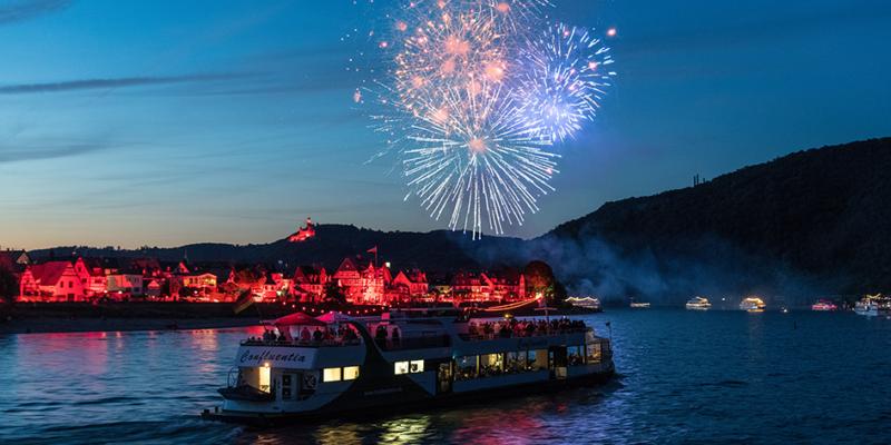 Feuerwerk über Spay bei der Veranstaltung Rhein in Flammen