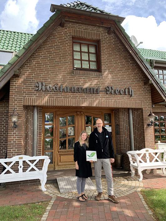 Kay und Märtha Neeth vom Flair Hotel Neeth mit dem GreenSign Siegel