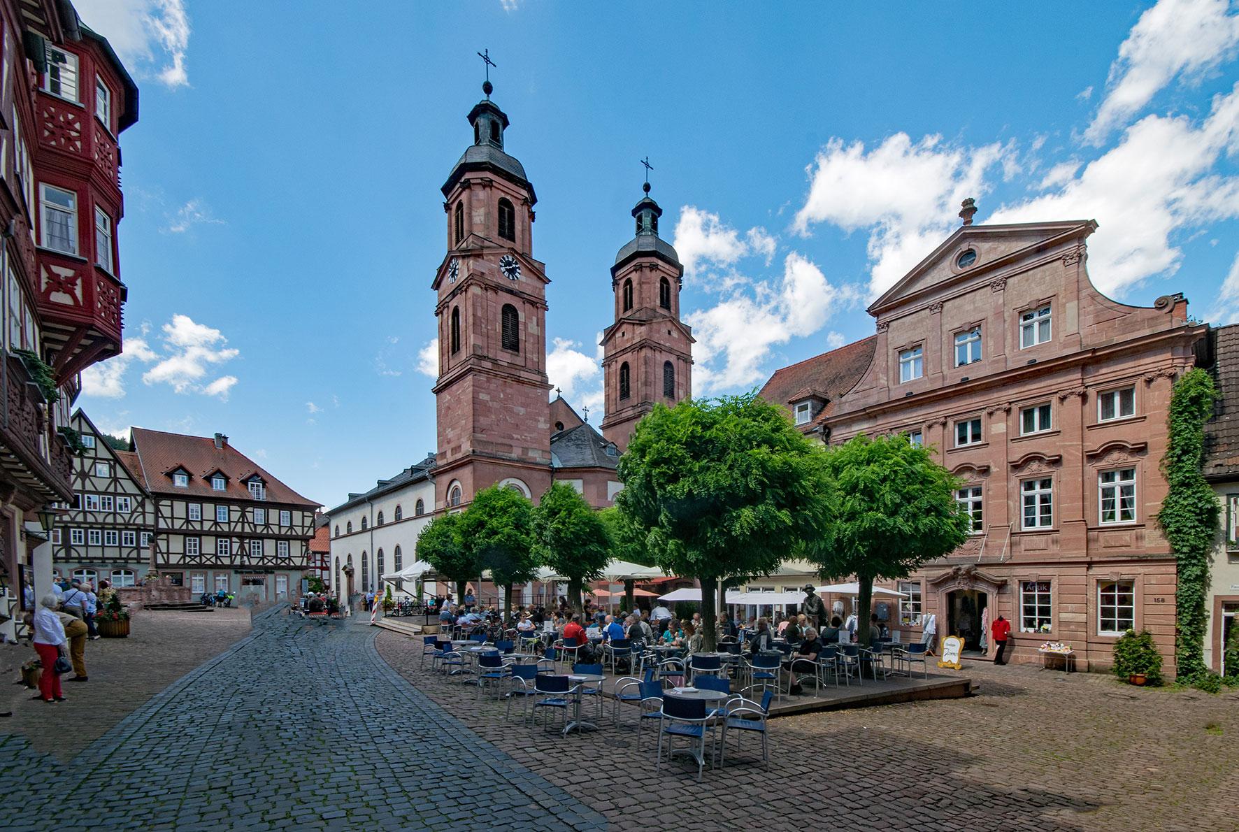 Der Marktplatz mit Pfarrkirche in Miltenberg