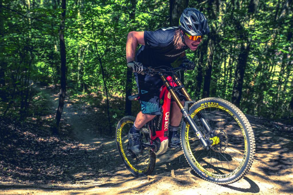 E-Mountainbiker in hügeligem Gelände