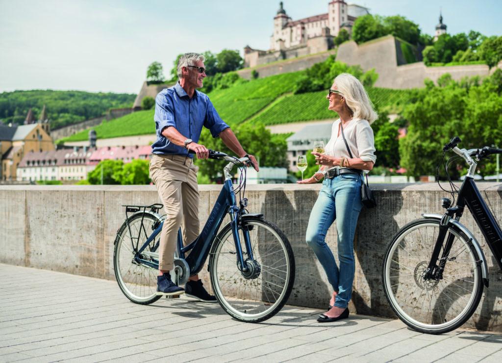 Ein Mann und eine Frau machen Rast bei ihrer Radtour