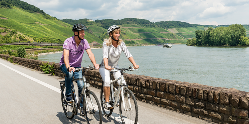 Radfahrer auf dem Rheinradweg am Bopparder Hamm