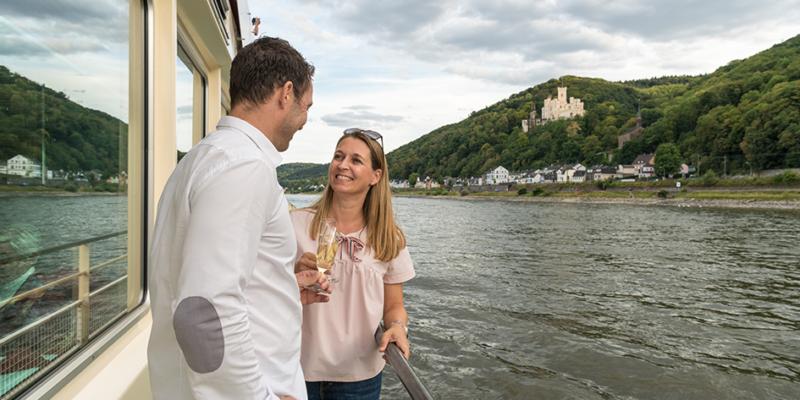 Paar bei einer Schifffahrt auf dem Rhein
