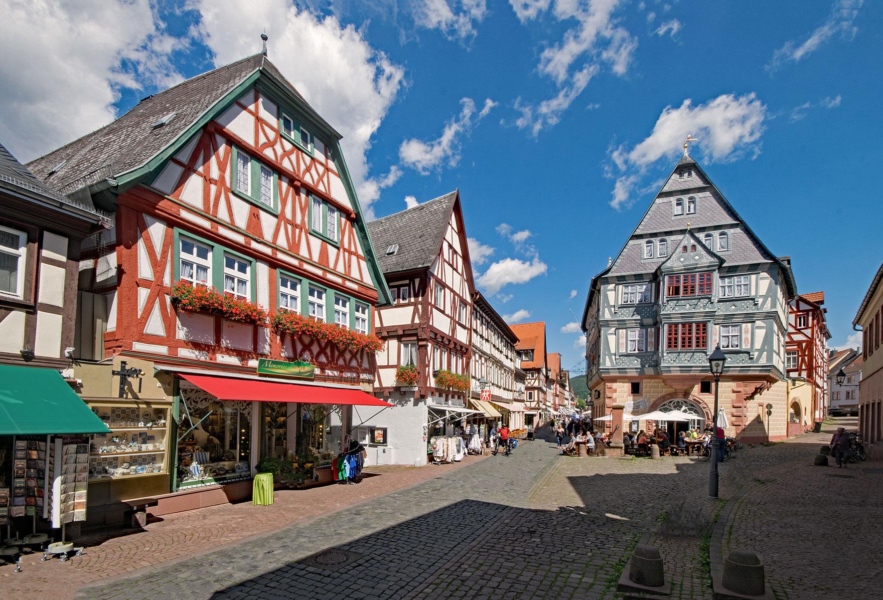 Fußgängerzone in Miltenberg mit Deutschlands ältester Fürstenherberge (rechts)