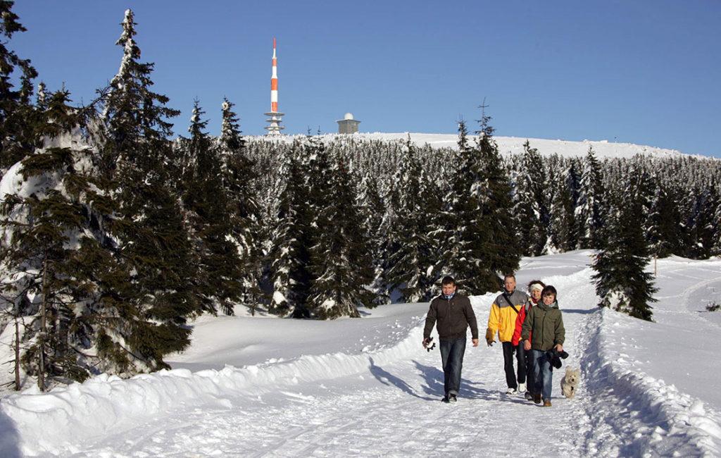 Wanderer laufen im Winter vom Torfhaus zum Harzer Brocken