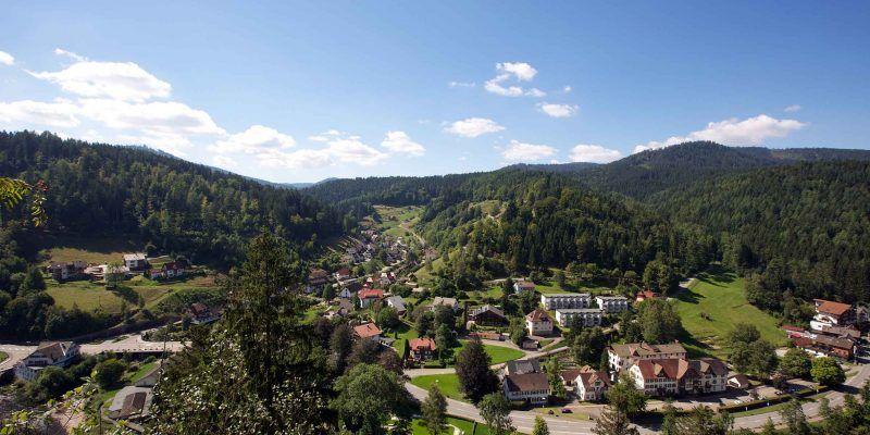 Blick auf Schönmünzach bei Baiersbronn. Hier liegt das Flair Hotel Sonnenhof.
