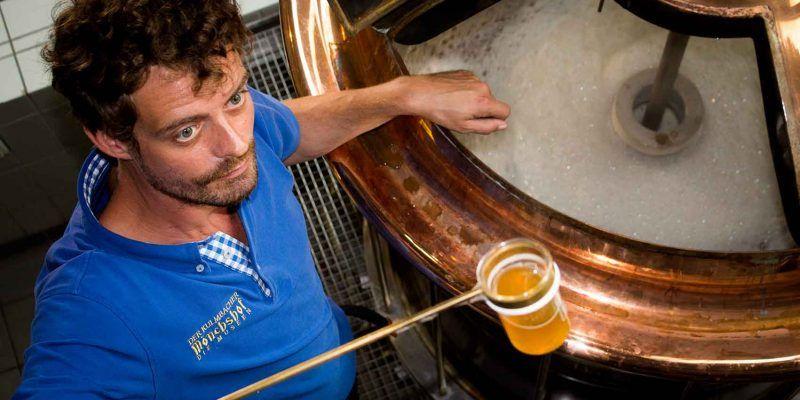 Der Braumeister im Bayerischen Brauereimuseum in Kulmbach lässt die Besucher gerne kosten.
