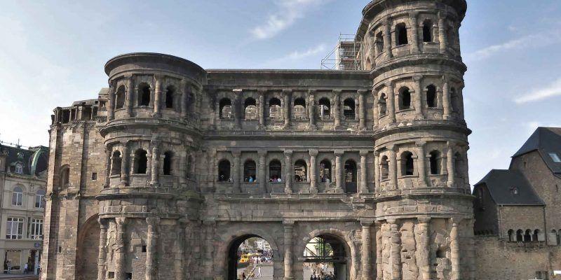 Die Porta Nigra in Trier ist eine der bekanntesten Sehenswürdigkeiten an der Mosel.