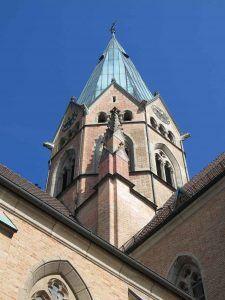 Kirchturm der Erzabtei St. Ottilien in Oberbayern.