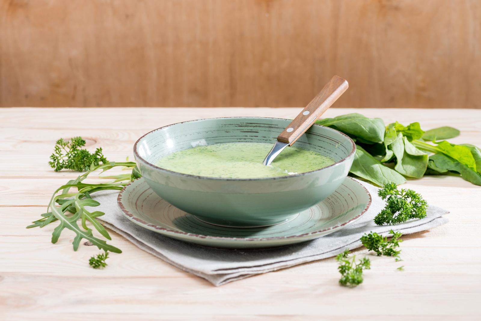Suppenteller mit grüner Kräutersuppe