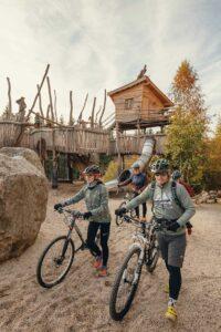 Familie-auf-Spielplatz-an-der-Blockline-im-Erzgebirge