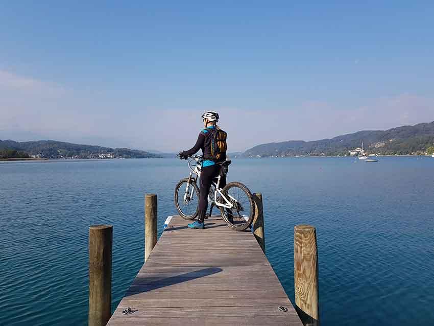 Radfahrer schaut über den Wörthersee